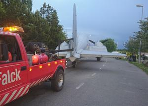 Här transporteras det anrika flygplanet.