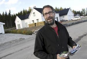 En av 15 nybyggare. Kristoffer Brännström tycker det är livskvalité att bygga i vackra Norra Sjöhagen, strax söder om Fagersta. Trots närheten till Strömsholms kanal har han ännu inte funderat på båt. Foto: Boo Ericsson