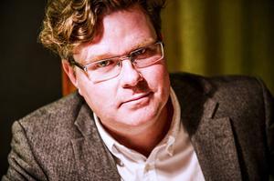 Årets Svensk, utsedd av tidningen Fokus, är före detta Örnsköldsviksbon Gunnar Strömmer, som i dag arbetar på den affärsjuridiska advokatbyrån Gernandt & Danielsson i Stockholm – plus att han sitter i styrelsen för Centrum för rättvisa.