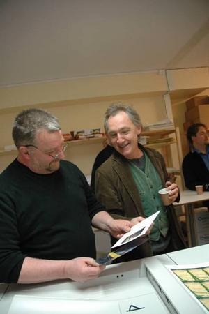 TRÄFFPUNKT. Syftet med frukostmötena är att skapa kontakter. Här prata Bengt Friskman, Bodarnas Elektriska, med Bengt Söderhäll, från Dagermansällskapet.