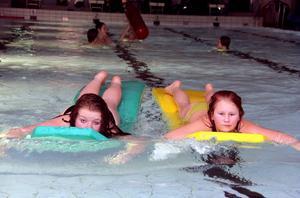 Från vänster Carolina Holm-Nordin och Hannah Falk Jonsson som paddlar fram i bassängen.