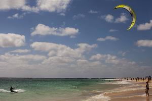 Kitesurfarna trivs vid stranden i Santa Maria.   Foto: Johan Öberg