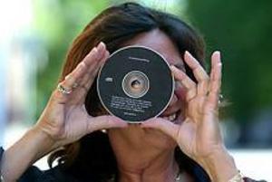 Foto: ANNA-KARIN BJÖRNSTRÖM Tittut. Margret Pierrou kikar glatt fram genom hålet i den rap-cd som förhoppningsvis ska förmå fler ungdomar att använda kondom när de har sex.