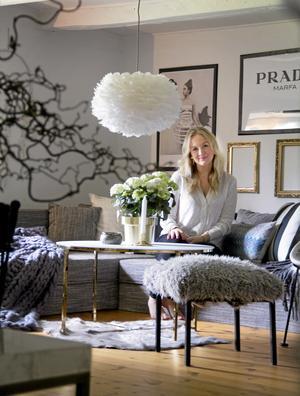 Mixat. Vardagsrumsbordet är ett av hennes senaste möbelköp. Den pälsklädda pallen är ett gör-det-själv-projekt, ett gammalt Ikeabord fick stoppning och klädsel. Till vänster skymtar en storstickad pläd av hantverkaren Jenny Nordström, som Mirelle uppskattar mycket. Tak-lampan heter Vita Eos.