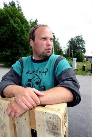Stefan Karlsson har hjälpt Ekonomiska föreningen med bland annat uppgrävning av tankar och uppsättning av lysrör. I dag får de dit drivmedel och förhoppningsvis står pumpen klar på fredag.