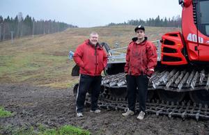 Roger Höglund och Simon Eriksson är två av Skönviksbackens pistvakter. De väntar på kyla och snö för att göra backen klar att använda.