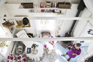 Stugan är på 31,5 kvadratmeter och på den ytan får hon plats med fyra rum och kök. Bilden är tagen uppifrån sovloftet dit en smal trappa leder från den lilla hallen.