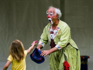 Sicken clown. Clownen Manne uppträdde på barnens festival, och busade rejält med de små. En hjälpsam liten åskådare gav Manne sin hatt, som han själv bara sparkade iväg när han skulle ta upp den.