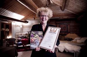 Viola Adamsson med diplomet som hon fick från Måltidsakademien 2012.