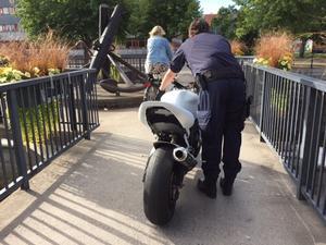 Här för polisen undan den stulna motorcykeln.