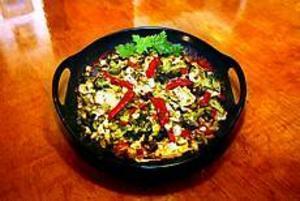 Färggrann mat. Broccoli och purjolök, soltorkade tomater och röd paprika ger färg åt den gröna gratängen. Foto: NICK BLACkMON