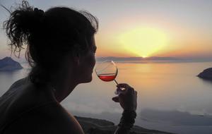 Solnedgång, vin och mat är sådant vi gärna skyltar med på Facebook.