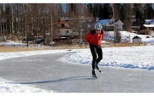 Cykelentusiasten Börje Lundberg, 64, tar gärna till långfärdsskridskoåkning, med händerna på ryggen, när det bjuds så fina isförhållanden som just nu på Knutsbotjärn i Ludvika med oval på 1 600 meter. BOO ERICSSON