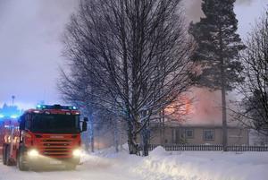 Efter det man upptäckt att rök kom från ventilerna på husgavlarna larmades räddningstjänsten