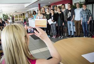 De elva unga företagarna i Aesthetic UF fick stipendium.