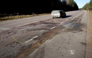 Spår i asfalten visar var bilarna krockade.