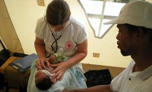 Gunnel Nordlander, sjuksköterska och barnmorska från Västerås, gör en rutinundersökning av en baby i det jordbävningsdrabbade Haiti. FOTO: PRIVAT