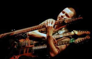 Mattias Windemo spelar på dubbelhalsad tapgitarr, ett specialbyggt instrument med två halsar, som ger ett unikt ljud.Foto: Pressbild