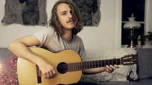 Sångaren och gitarristen Simon Kilström skriver låtarna till indiebandet Mon sai. Medlemmarna träffades på Brinellskolans estetprogram och har nu släppt en EP.