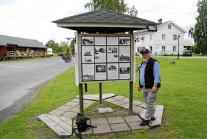 Historiepelaren, en gedigen anslagstavla, som är placerad på platsen som Göte kallar Gamla Krokom. En plats som visar Krokoms gamla bebyggelse i ord och bild och som Byföreningen, med Göte som drivande person skapat.