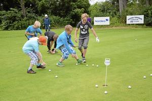 Tävlingsinriktade. Det blir lätt tävling även vid övning. När gruppen tränat på chippar gäller det att vara snabb och hämta de använda bollarna.