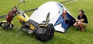 Foto: LASSE HALVARSSON Tält och tvåhjuling. Johan God och Annica Granmyr har åkt Harley Davidson från Alfta till Gävle och checkat in på Engesbergs camping. - Jag har sett några skyltar som förbjuder camping här i närheten, säger Annica Granmyr.