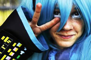 """Här syns 12-åriga Lova Hedlund som skönsjungande pop- och rockstjärnan Hatsune Miku ur sångsyntesprogrammet """"Vocaloid 2""""."""