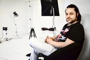 Zoran Ladinek öppnar fotostudio i Fjugesta. – Det är hemskt roligt att plåta människor, säger han.