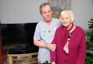 Undersköterskan Marianne Hansson och en av de boende, Anna-Lisa Wilhelmsson gläds över platt-tv:n i bakgrunden.