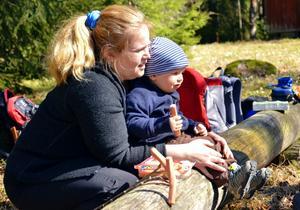 Höjdpunkt. Att samlas kring brasan och grilla är belöningen efter en vandring. Eva-Lotta Andersson ser till så sonen Simon får sig något till livs.