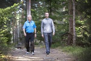 Här vandrar Jan Magnusson och Mattias Borg på Gästrikeleden.