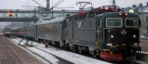 Sällsynt syn. Tåget 17.23 mot Stockholm väntar på tidtabellsenlig avgång från Västerås. Under vinterns tågkaos var det ofta inställt. Resenärerna - som ofta slutade jobbet 17.00 - hänvisades till tåget 17.53 mot Stockholm. Det tåget var ofta försenat.
