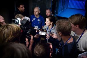 Susanna Kallur förklarar för den samlade svenska presskåren om skadan som satte stopp för henne i inomhus-VM 2008.