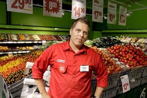 Trygg. Emil Engman, butikschef för Willys på Erikslund är själv ute och kollar konkurrenternas priser åtminstone varannan vecka.
