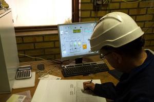 Lakvattnets rening i neutraliseringsanläggningen övervakas via en skärm. Håkan Morelius gör noteringar i en pärm.