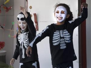 Läskigt. Lejla Hatic och Sinnit Assefaw är inte bara utklädda till skelett, de dansar också Spökdansen.