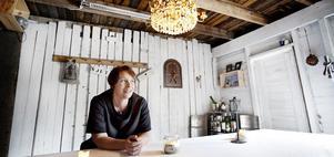 Helena Kroon har många visioner om vad hon vill göra med Rosengatans Lilla Affär & Café – men även för Söderhamn: - Världens bästa stad, med Stugsund i topp. Vi sitter på en pärla men vet inte om det, säger Helena.