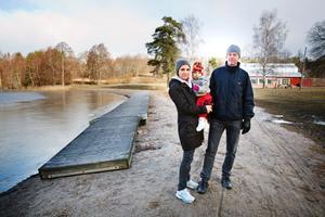 Hökmossbadet mår bäst av att inte ramas in av bostäder, tycker Souad och Tommy Zetterberg, här med dottern Emely.