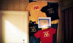 Den uppmärksammade loggan, som liknar en känd hamburgerkedjas, finns nu upptryckt på t-shirtar som säljs på klubben i Mörsil.För Dragan Bratic är målet solklart. Han vill utvidga sin verksamhet och efterlämna ett arv till sina söner. Eller som han har sagt till tidningen Barometern: