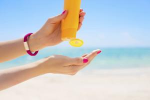 Ekologiska solkrämer – bättre för miljön kanske, men inte för huden.   Foto: Shutterstock