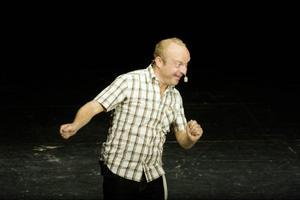 Jonas Gardell bjöd en fullsatt Storsjöteater på svallande skratt och tystande allvar under onsdagskvällen.  Foto: Mattias Pettersson