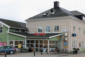 I Ockelbo får de kommunanställda presentkort som gäller i byns butiker.