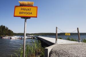 Att sätta upp en skylt som denna på stranden är inte okej, så länge det inte är inom tomtgränsen/hemfridszonen. Foto: LT