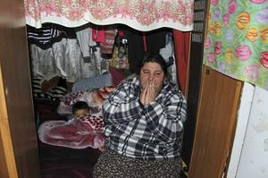 Cheza Caldarar bor med sin man och sina tre söner i en av husvagnarna i inre hamnen. Familjen fryser och både hon och barnen är rädda efter helgens attacker.