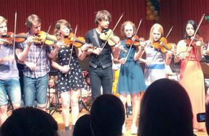 I konserthuset avslutningskvällen spelade Alexander Rybak tillsammans med bland annat tre jämtländska ungdomar. Herman Miller två från vänster, Elsa Fureman står till vänster om Rybak och Britta Sterner till höger om honom.