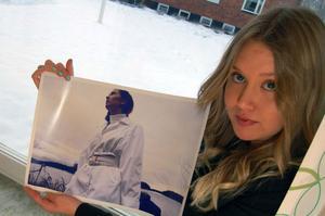 Amanda Asp har valt en låg kameravinkel på sitt foto för att få fram den storslagna vita färgen på plagget med en matchande himmel som bakgrund till modellen.
