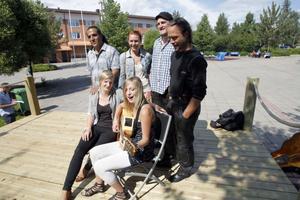 Bland artisterna märks Hamid Saniji, Elin Moberg, Törnbacks-Anners och Emma Svensson. På bilden syns också Evelina Envall (tv) och Erik Nilsson (th).