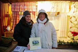 Lill Westholm och Bodil Nygren från Disponentparken hjälpte till att sprida julstämning efter genomfarten.