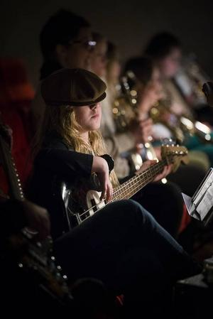 Alva Röslund är tolv år och spelar bas.