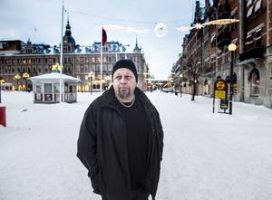 Under 2014 meddelade ett tiotal affärsidkare att deras butiker slår igen i centrala Sundsvall. Några nya startade men utvecklingen med allt fler tomma butikslokaler oroar Bengt Persson på Slink in.